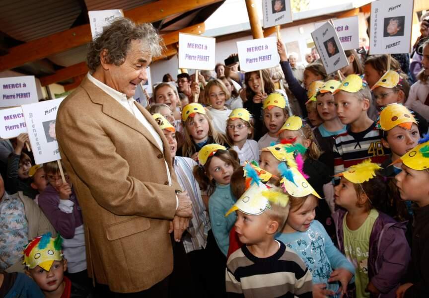 L'artiste y est accueilli par une ribambelle d'enfants. Pierre Perret plaît à toutes les générations.