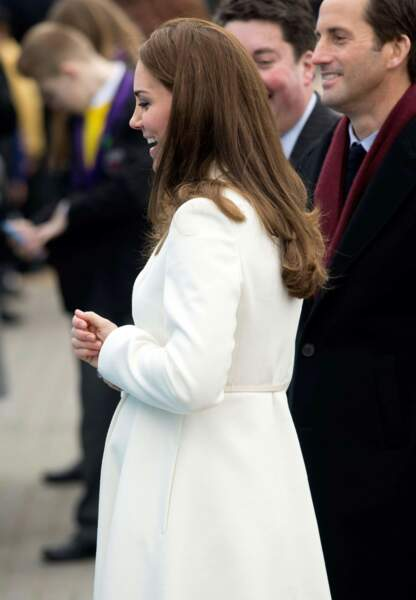 Cheveux châtains détachés, la duchesse joue les contrastes avec son pardessus immaculé