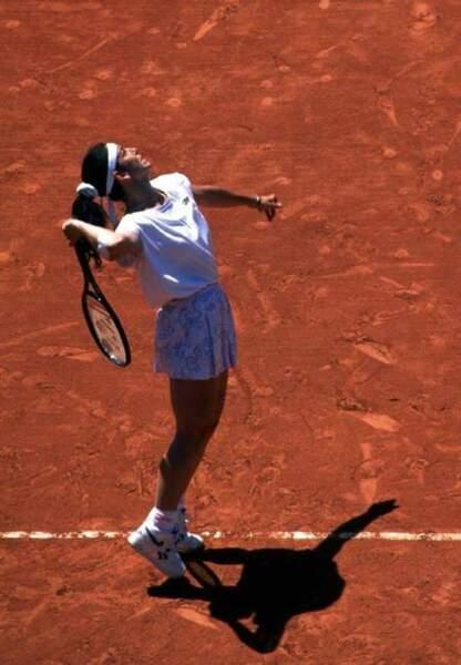 Arantxa Sanchez (1989) en 1996 elle opte pour le combo t-shirt jupette fleurie