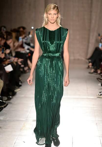 Une superbe robe brillante et fluide, effet garanti.