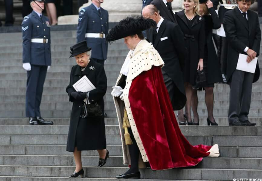 Elizabeth II sur les marches de l'église