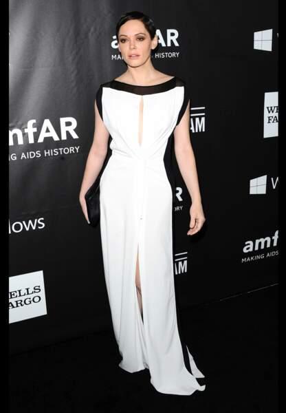 Rose McGowan dans sa silhouette de vestale ajourée, blanche gansée de noir