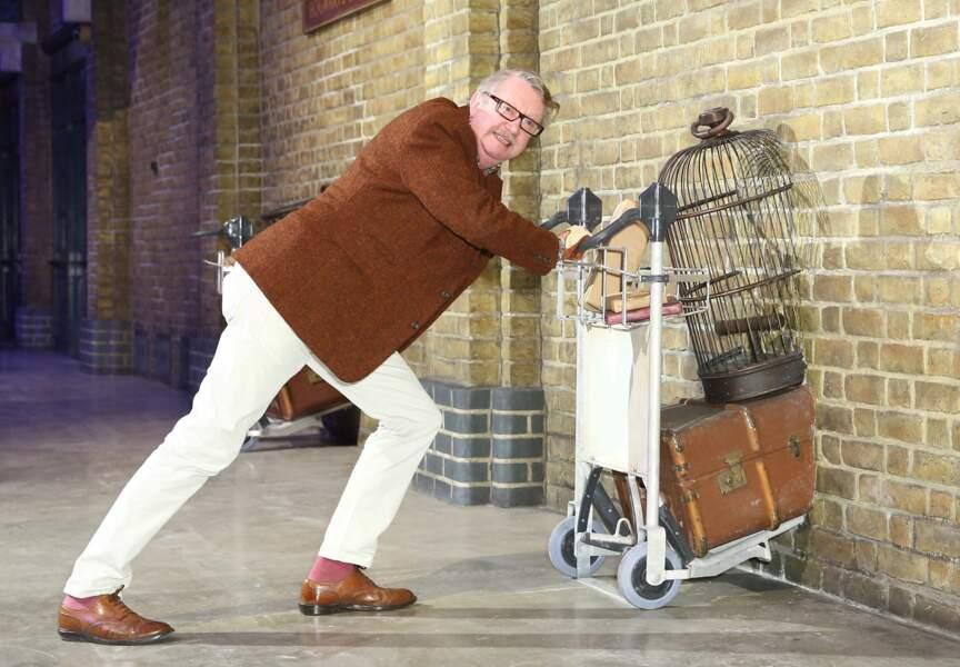Le comédien Mark Williams, qui interprète le père des Weasley dans les films, nous accompagne au cours de la visite