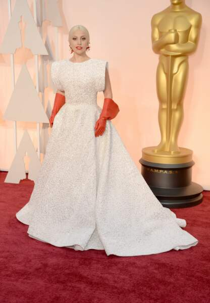 Lady Gaga en Alaia, bijoux Lorraine Schwartz