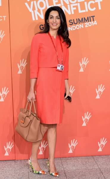 Amal et son sac lors d'un sommet à Londres
