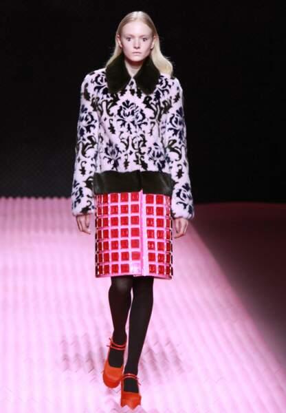 Mary Katrantzou confronte matière cocooning et jupe rigide