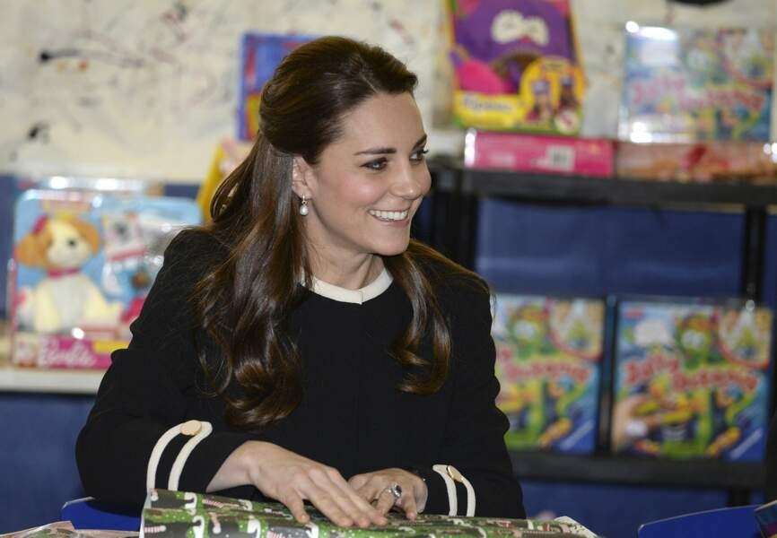 La princesse Kate emballe des cadeaux de Noël