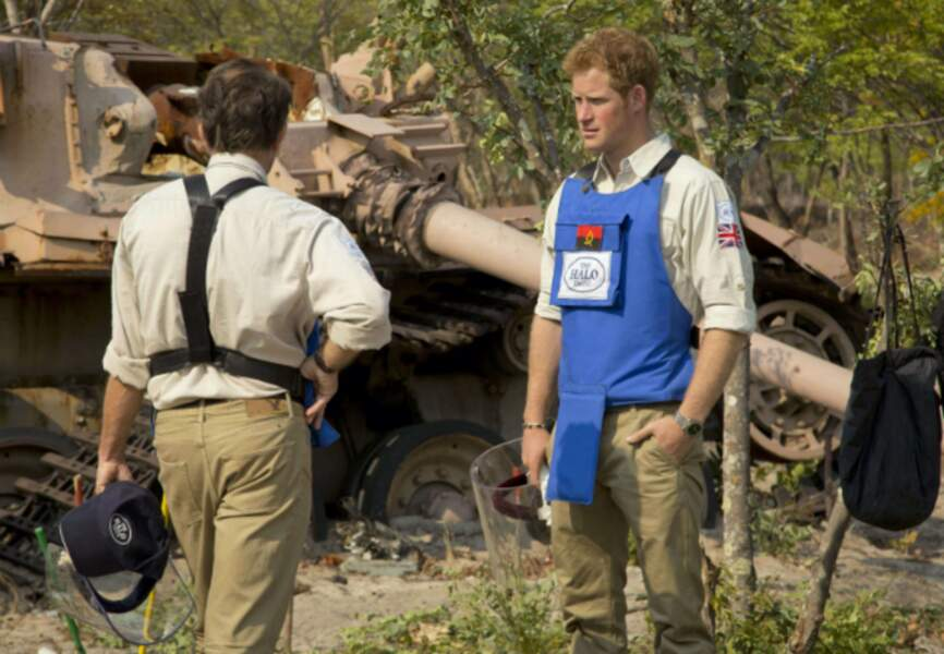 Le Prince Harry visite un champ de mines le 17 août 2013 en Angola