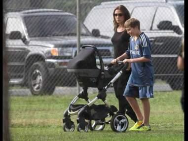 Photos - Brooklyn Beckham aux petits soins avec Harper