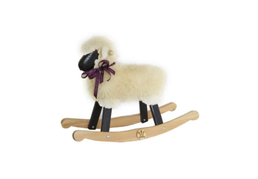 Le petit mouton à bascule (70.5 x 49 x 24cm), fait main au pays de Galles. Rendez-vous sur le site Highgrove Shop.