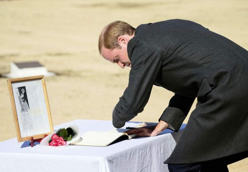 Il a écrit une phrase d'hommage dédiée aux soldats sacrifiés dans le livre de condoléances