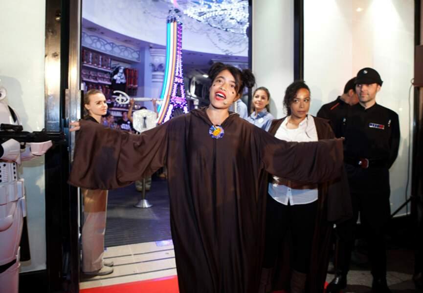 Une belle Jedi accueille les clients
