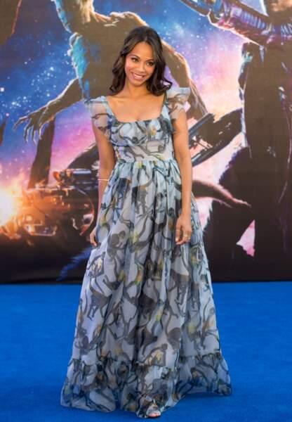 L'actrice prend la pose tout sourire dans sa robe Valentino vaporeuse