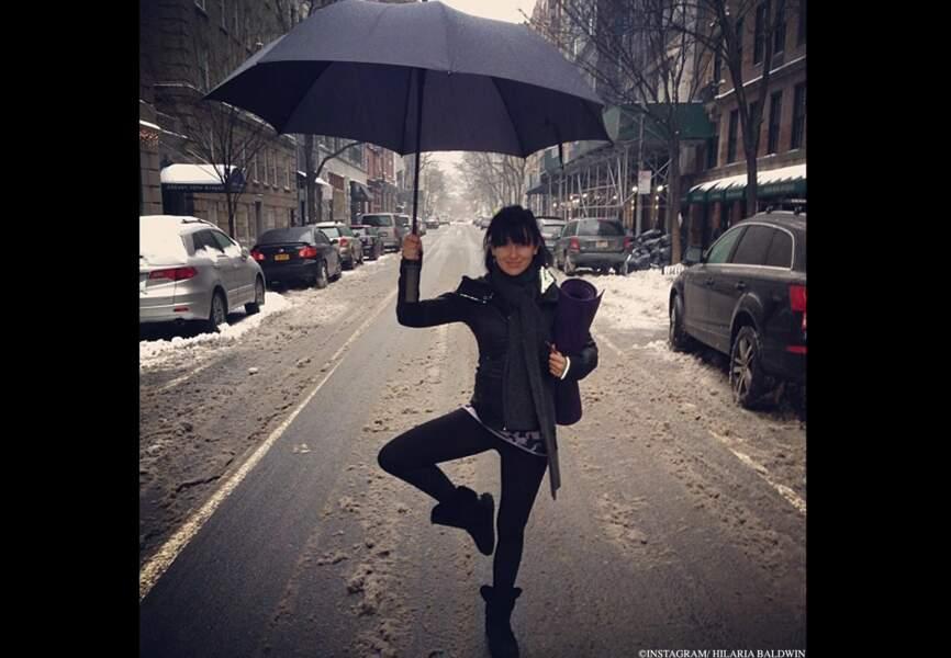 Yogi sous la pluie dans la neige