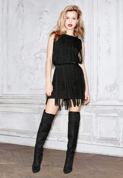 Féminine, Georgia May décline la robe à franges avec une paire de cuissardes must-have en veau velours, 229€
