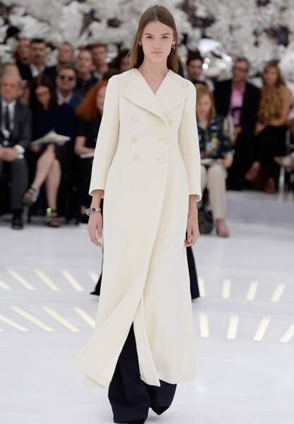Version blanche à double-boutonnage et pantalon marine