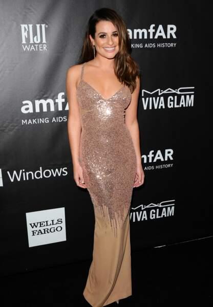 Lea Michele glamour en Versace, chaussures Louboutin, bijoux Jennifer Meyer