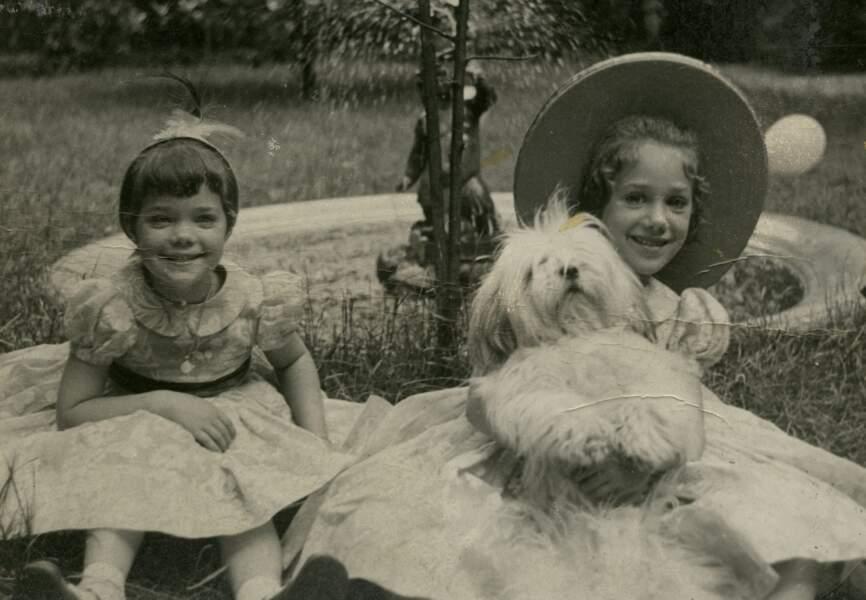 Marisa et sa soeur avec Gourou, le chien chéri de sa grand-mère