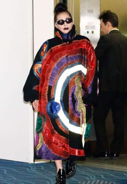 Au Japon Lady Gaga ose le manteau abstrait