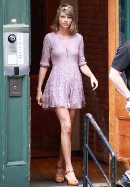 Robe lilas et couronne pour Taylor Swift, juillet 2015