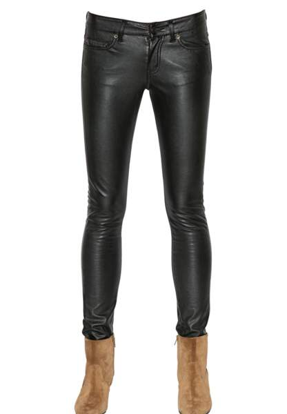 Saint Laurent, pantalon en simili cuir, 450€