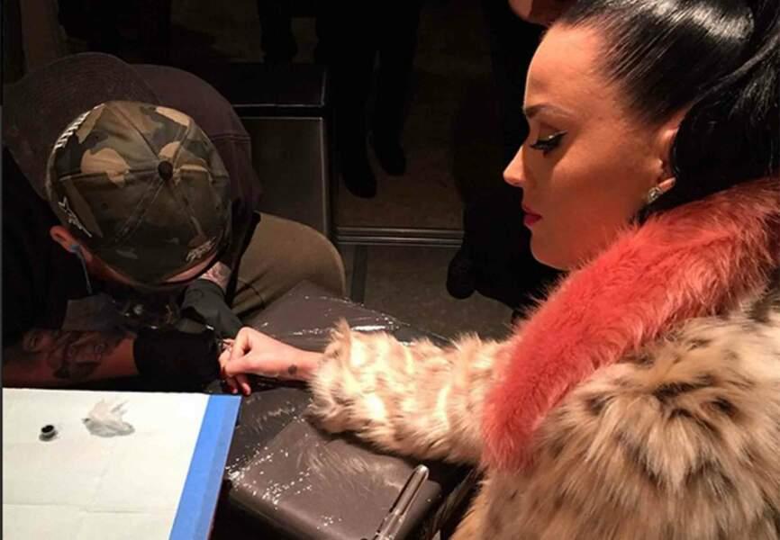 Katy Perry se fait tatouer en sortant de scène