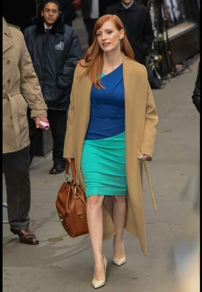 Tonalités naturelles et robe color-block, l'astuce fashion de Jessica Chastain