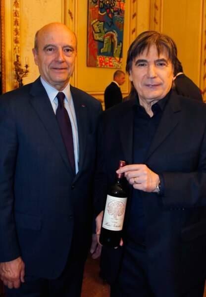 Serge Lama présente à Alain Juppé la bouteille pour laquelle il a composé un texte