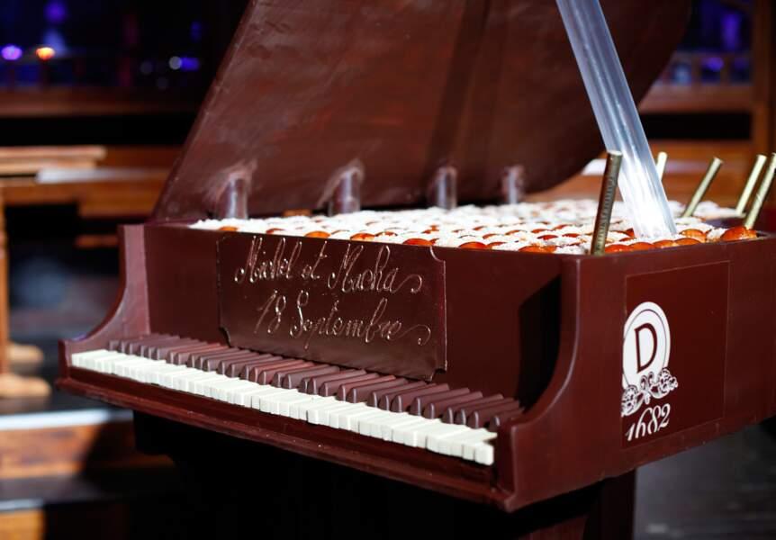 Le gâteau Piano à queue, chef-d'oeuvre pâtissier réalisé par Dalloyaux et éclairé de l'intérieur