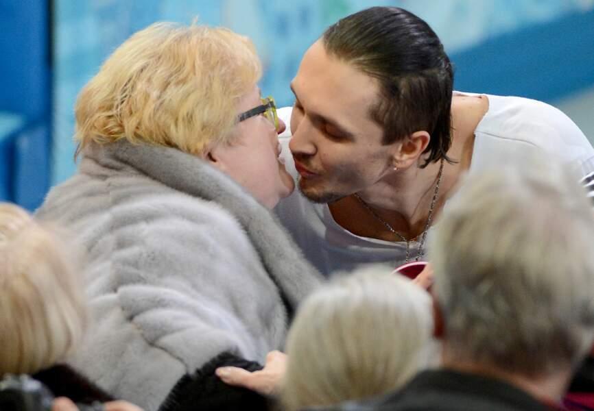 Maxim Trankov, patineur russe, embrasse sagement sa coach