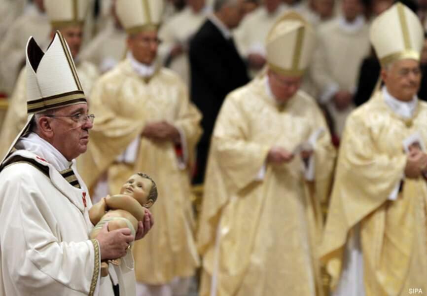 Entrée du pape François dans la basilique St-Pierre