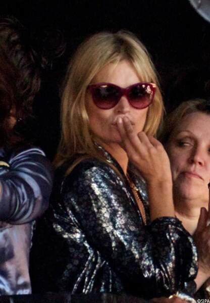 Kate Moss, dans le public, admire son mari Jamie Hince en plein concert avec son groupe les Kills