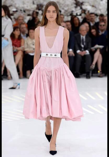 Une matière que l'on retrouve en robe rose, dans un joyeux medley de plis féminins