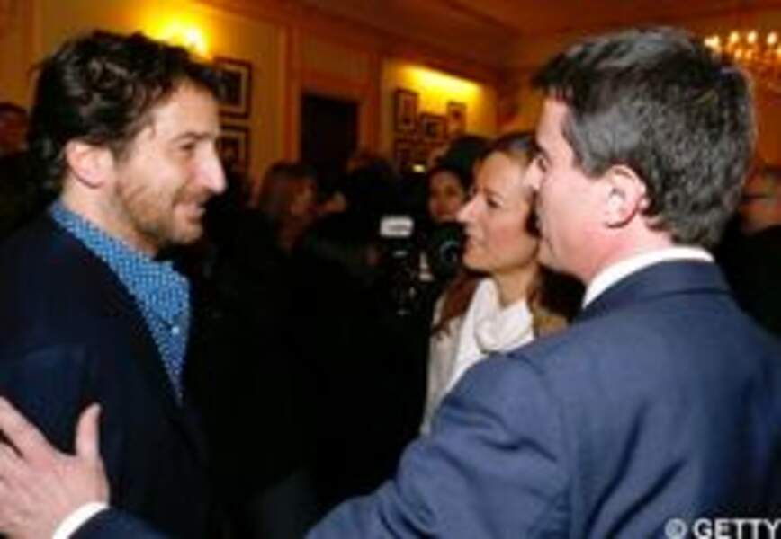 """Manuel Valls et Anne Gravoin à la générale de """"La Porte à Côté"""" au théâtre Edouard VII"""