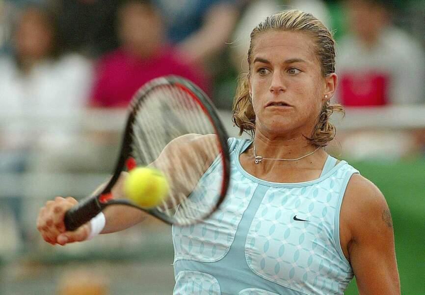 Elle joue un rôle majeur dans la victoire de l'Equipe de France à la Fed Cup en 2003