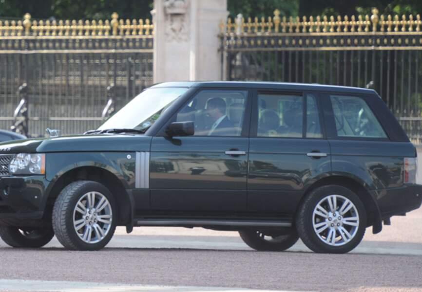Elizabeth II rentre à Buckingham sous les hourras
