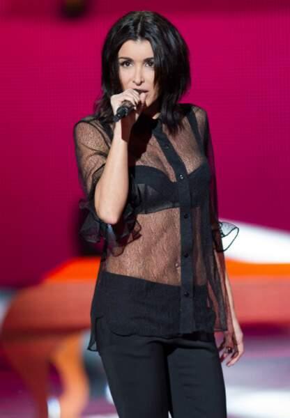 Jenifer poursuit le show en chemise transparente et soutient gorge apparent, et chante Sur le fil