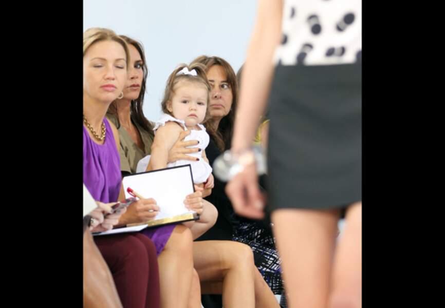 Harper Seven dans les bras de Maman Victoria Beckham à New York