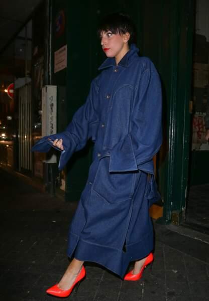 Que cache Lady Gaga sous cet imperméable en jean?