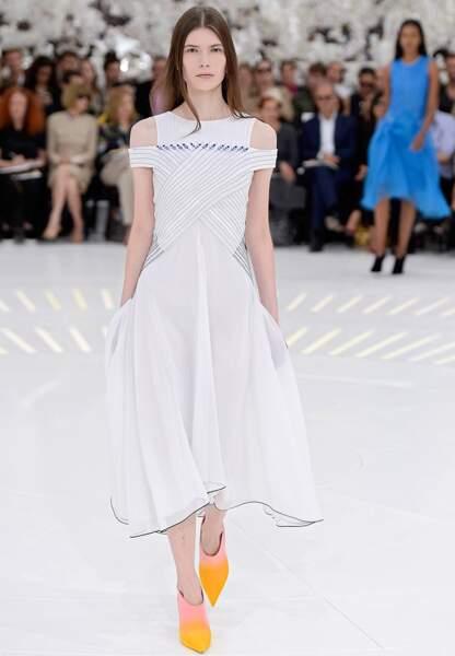 L'art de la simplicité chez Dior, où Raf Simons oscille entre une robe blanche et des boots dégradées