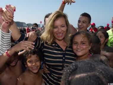 Valérie Trierweiler à la plage avec les enfants du Secours Populaire