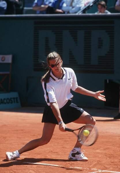 En mai 1995, Amélie Mauresmo a 16 ans et participe pour la première fois au tournoi de Roland Garros