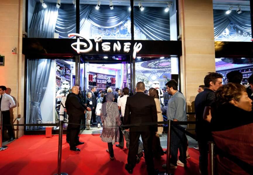 A minuit, les fans entrent dans le magasin