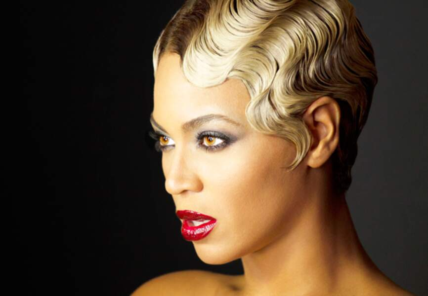 Une coupe crantée, un regard charbonneux, Beyoncé affole avec son look rétro