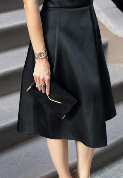 Elle porte un bracelet en or rose et diamants ainsi qu'une bague assortie