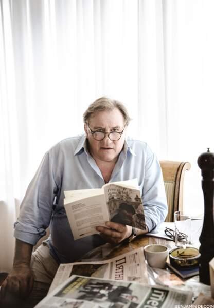 A l'hôtel, il reste de longues heures dans sa chambre à lire