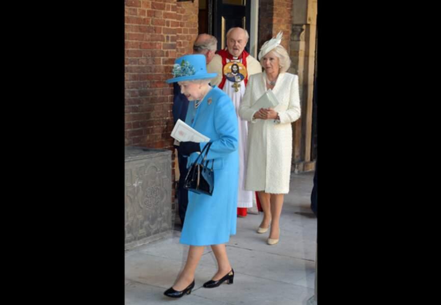 Camille en blanc derrière la reine Elizabeth II en bleu