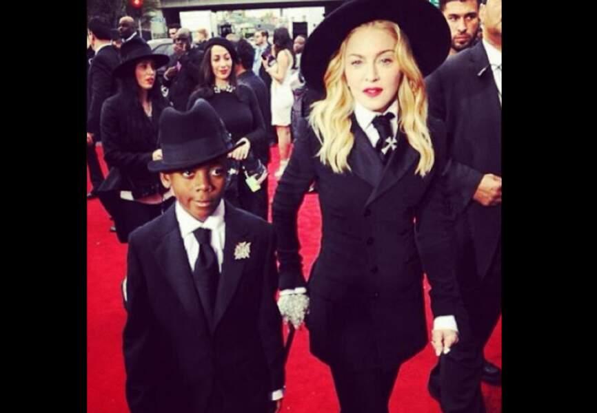 Sur le tapis rouge avec son fils Banda, Madonna s'assagit enfin : la maternité lui fait accepter le temps qui passe