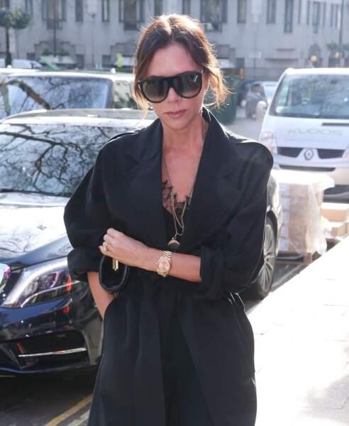 Victoria Beckham adore le combo mèches wavy et lunettes de soleil xxl