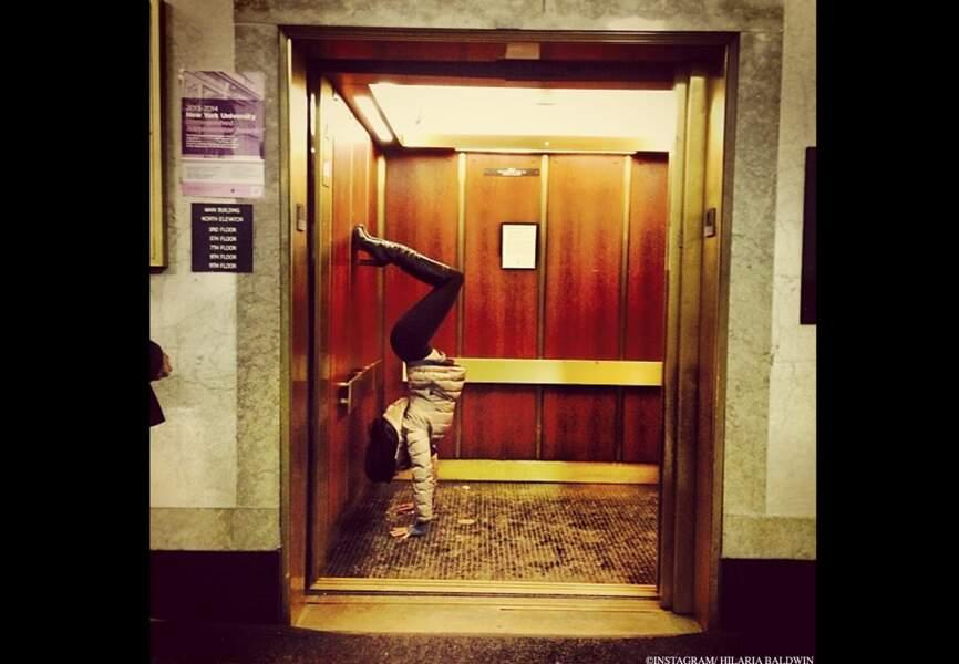 Un ascenseur. Hilaria Baldwin. Mille possibilités.